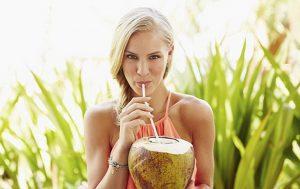 đau bụng kinh có nên uống nước dừa